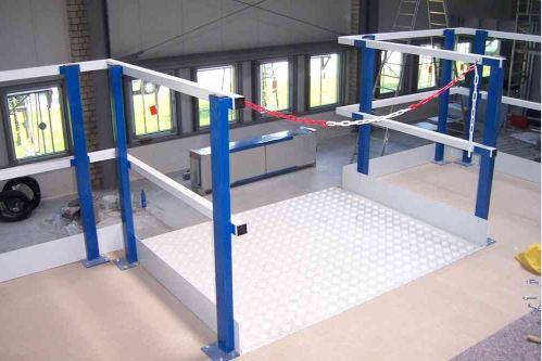 palletopzetplaats voor de entresolvloer met rood-witte ketting
